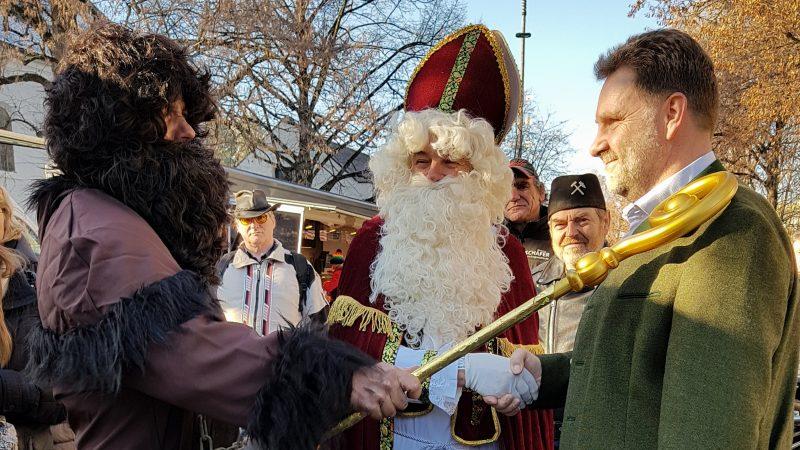 Nikolaus und der Kramperl auf dem Wochenmarkt